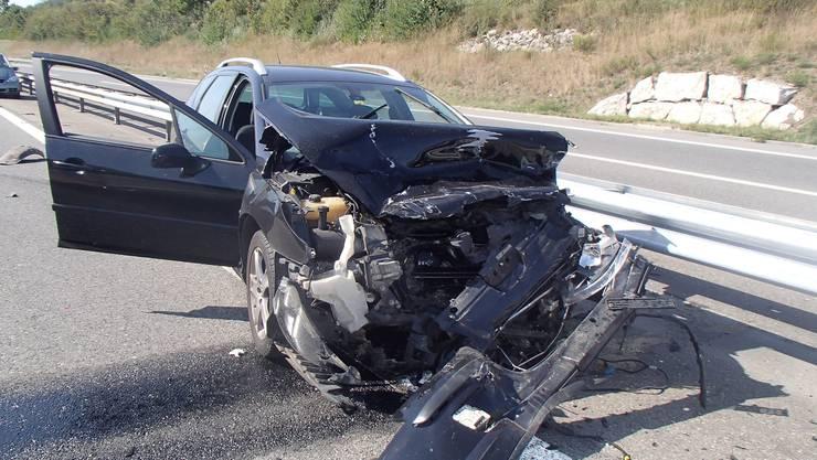 Der Peugeot wird durch die Kollision starkt beschädigt. Der Sachschaden wird auf 45000 Franken geschätzt.