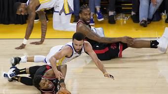 Torontos Kyle Lowry (am Boden links) bleibt mit letztem Einsatz gegen Golden States Superstar Stephen Curry im Ballbesitz
