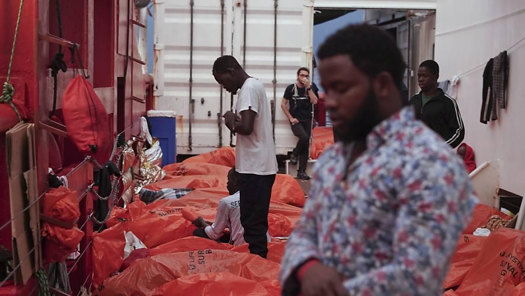 Ein Migrant betet auf dem Rettungsschiff «Ocean Viking» auf dem Mittelmeer zwischen Malta und Italien.