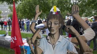 Wenn die Hände nicht mehr für alle Aufgaben reichen: Ende September reichen Demonstranten beim Genfer Universitätsspital eine Petition ein zur Neubewertung der Pflege- und Unterhaltsberufe ein.
