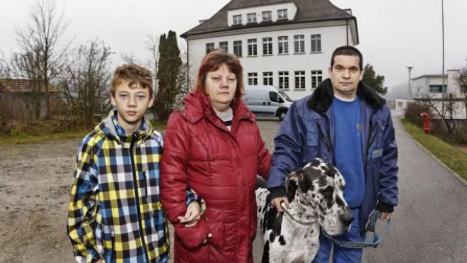 Müssen ihre Wohnung doch nicht räumen: Markus Schenker, Karin Ottiger und Sohn Silvan. Foto: Andre Albrecht