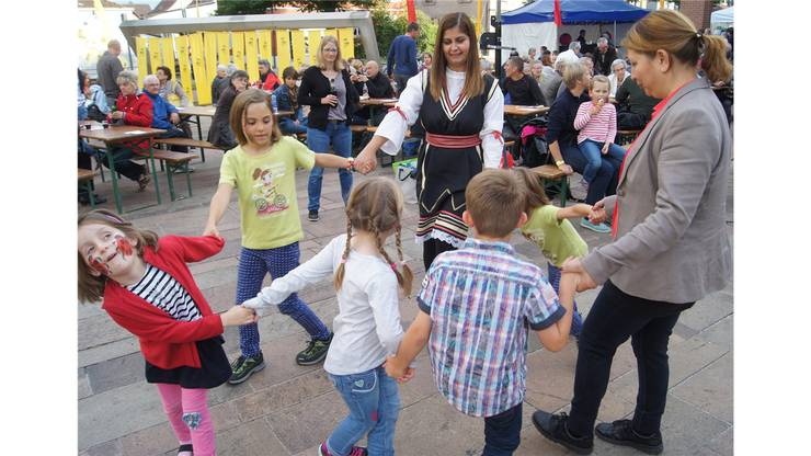Ein Tänzchen zur mazedonischen Musik.