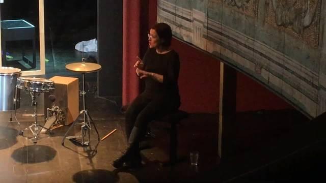 Die Premieren des Stücks «Before I speak I have to say something» werden von einer Gebärdensprache-Dolmetscherin in die Deutschschweizer Gebärdensprache übersetzt. Hier ein Eindruck aus Solothurn.