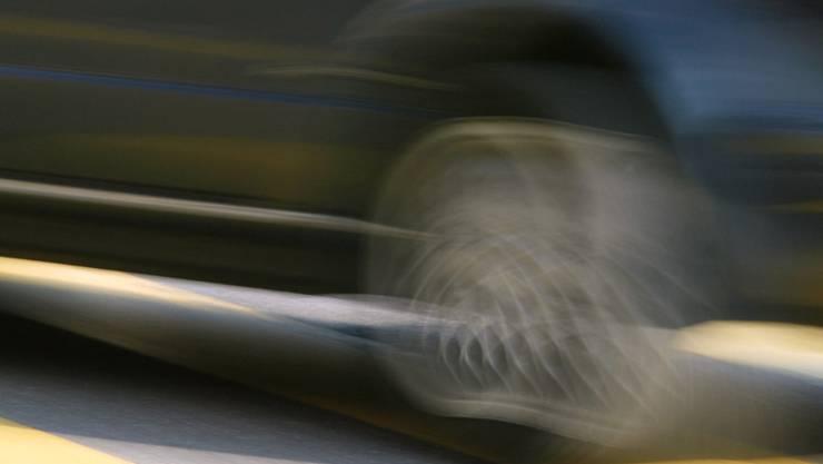 Der Autofahrer touchierte die Mofa-Fahrerin, worauf diese zu Fall kam. Der Unbekannte fuhr Richtung Muri weiter, ohne sich um den Sachverhalt zu kümmern. (Symbolbild)