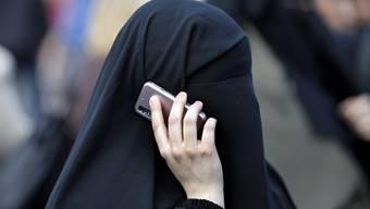Die Union sieht Handlungsbedarf bei der Integration von Ausländern: Die fordert nach einem Treffen unter der Leitung von CSU-Innenminister de Mazière ein Burka-Verbot in bestimmten öffentlichen Bereichen - im Bild eine Burka-Trägerin in Frankfurt. (Archiv)