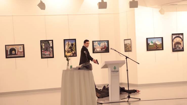 Bei einer Kunstausstellung in Ankara ist der russische Botschafter Andrej Karlow erschossen worden.