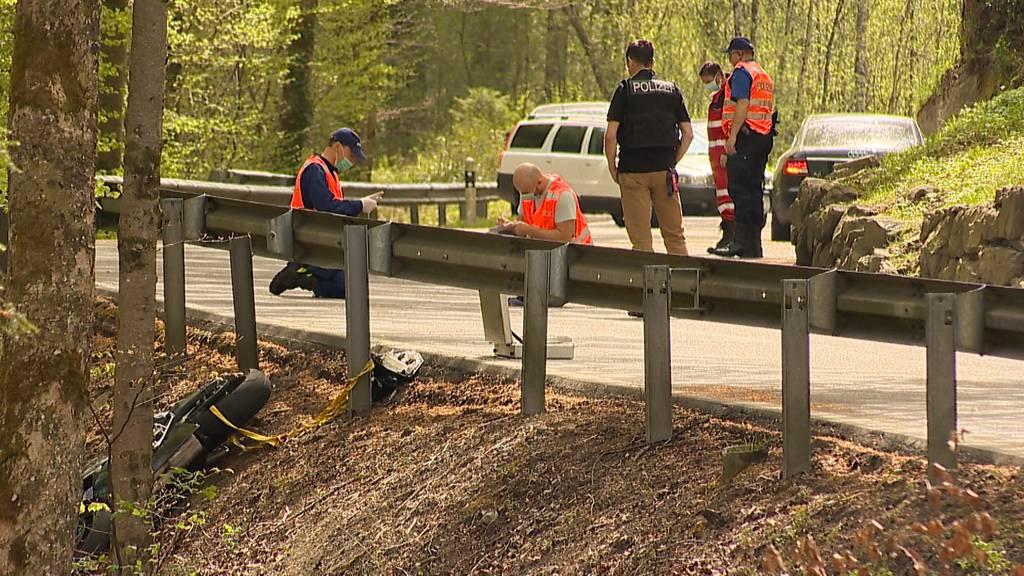 Vorderthal (SZ): Töfffahrer stürzt nach Kollision Waldhang hinab