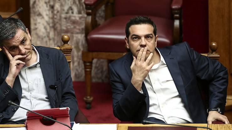 Bringen auch eine Schuldenbremse durch das Parlament: Griechenlands Premier Alexis Tsipras (rechts) und sein Finanzminister Euklid Tsakalotos.