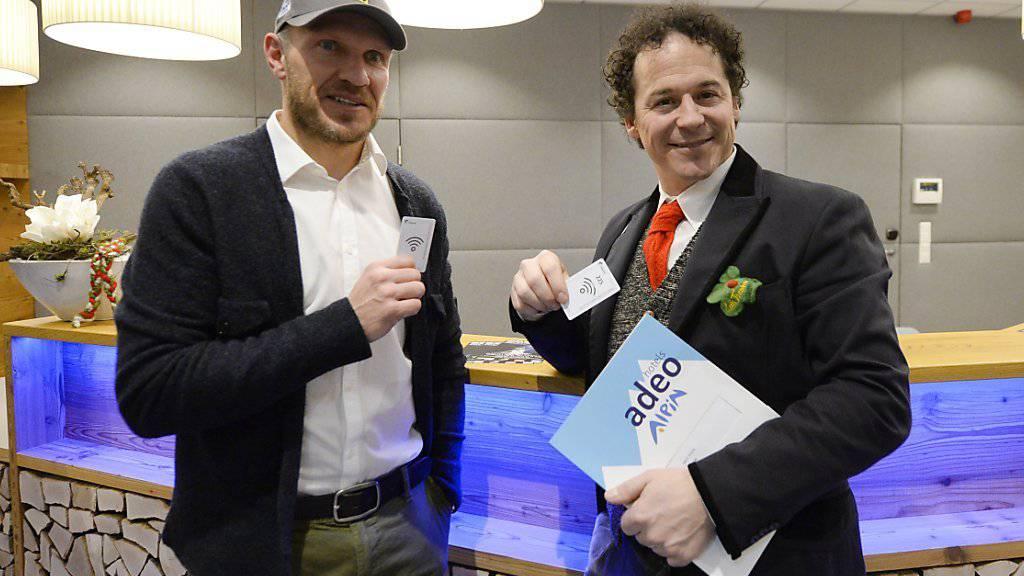 Die ehemaligen Skirennläufer Hermann Maier (l.) und Rainer Schönfelder an der Rezeption «ihres» «adeo-ALPIN»-Hotels.