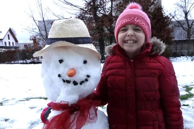 Grosses Wintervergnügen: Sara mit Edi, unserem ersten Schneemann in diesem Winter!