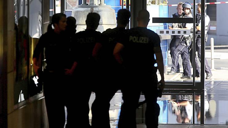 Polizisten gehen am Bahnhof Köln in Stellung.