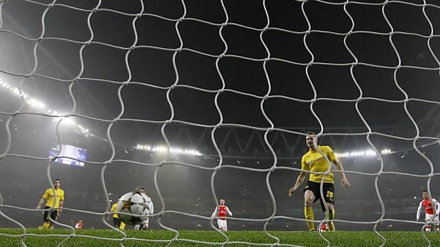 Dortmunds Verteidiger müssen zuschauen, wie der Ball ins Netz rollt