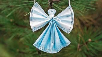 Schutzengel aus Schutzmasken: Diese Dekoration passt prima zu Coronaweihnachten.