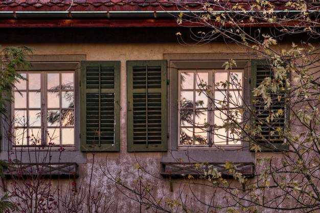 Ein Herbstabend spiegelt sich in alten Fenstern