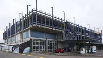 Das P+R-Parkhaus der BLT in Oberwil ist bei Pendlern nicht beliebt.