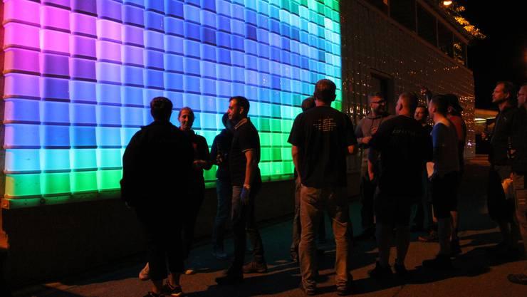 Der Stadtturnverein Brugg und der Frauenturnverein Brugg verfärben an ihrer Stadtfestbeiz Kubus Kolor die Fassade.