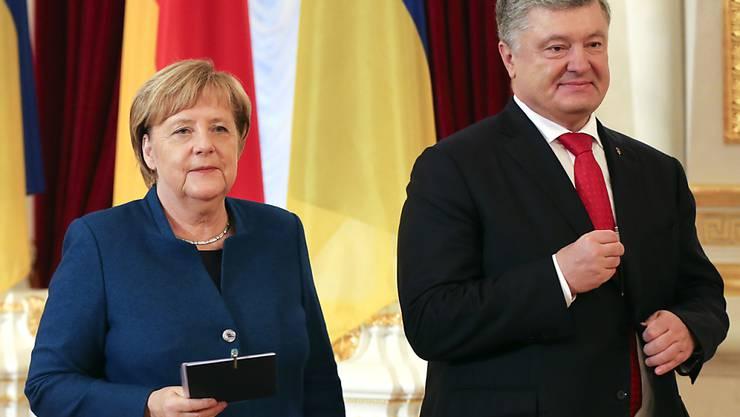 Die deutsche Kanzlerin Angela Merkel und der ukrainische Präsident Petro Poroschenko informieren nach ihrem Treffen die Medien.