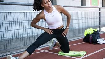 Dehnen für den Ernstfall: Mujinga Kambundji läuft am Donnerstag in Zürich im Fernduell über 150 Meter