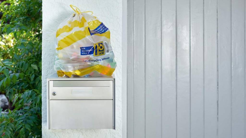 Die Rückgabe der leeren PET-Flaschen erfolgt über 45-Liter-Sammelsäcke, die sichtbar bei den Briefkästen am Hauseingang platziert werden.
