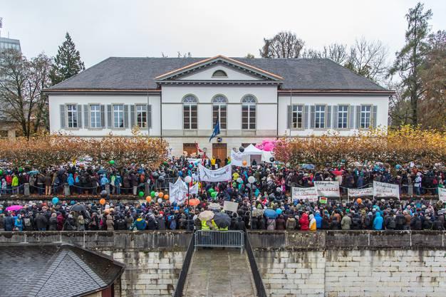 Grossansammlung vor dem Grossratsgebäude: über 8000 protestieren gegen die Sparpläne.