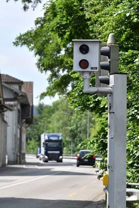 Die Anlage bei der Trimbacherbrücke hat letztes Jahr 204-mal geblitzt wegen zu schnellen Fahrens und 93-mal wegen missachteten Rotlichts (beide Fahrtrichtungen).
