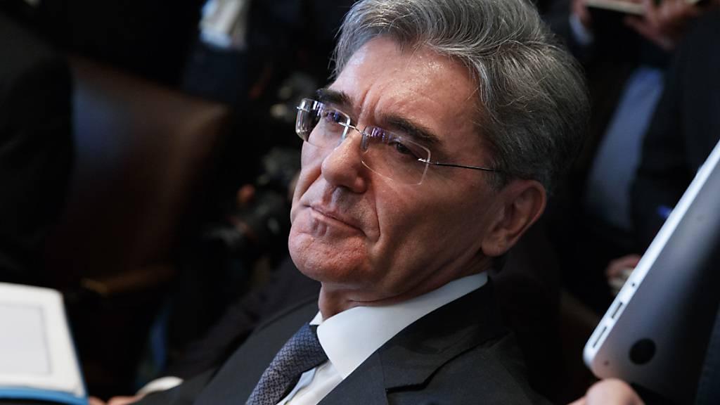 Siemens-Chef Joe Kaeser ist mit einem deutlichen Gewinnrückgang ins neue Geschäftsjahr gestartet. Das bereinigte operative Ergebnis aus dem Industriegeschäft von Siemens, die meistbeachtete Erfolgs-Kennziffer, brach im ersten Quartal (Oktober bis Dezember) um 30 Prozent auf 1,43 Milliarden Euro ein.