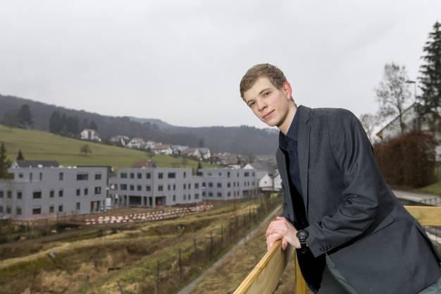 Er ist gegen die Initiative: Martin Mennet, Präsident der Jungfreisinnigen Fricktal, vor der ehemaligen Fischzucht in Zeiningen, die bei einem Ja nicht in die Bauzone umgezont werden könnte.
