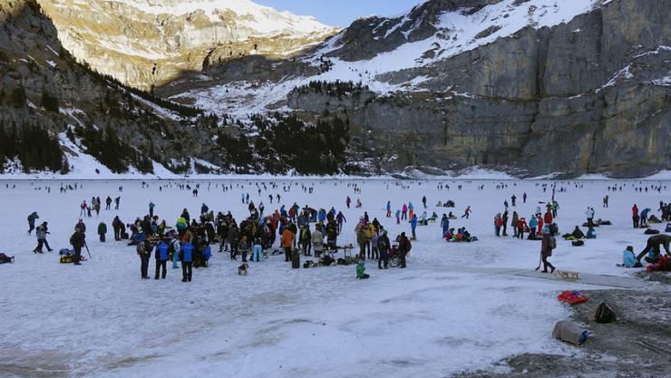 Natureis in eindrücklicher Bergkulisse: Der Oeschinensee bei Kandersteg im Berner Oberland ist zum Eislaufen freigegeben worden. (Archivbild)