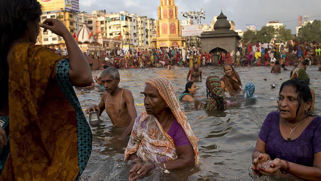 Gläubige Hindus nehmen beim Kumbh-Mela-Fest in der Nähe von Nashik ein heiliges Bad im Fluss Godavari (Archiv)