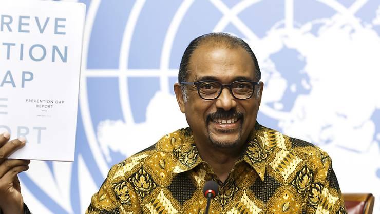 UNAIDS-Direktor Michel Sidibé stellt in Genf den neuen Bericht zur Aidsbekämpfung vor. Der Kampf gegen die Immunschwächekrankheit macht weitere Fortschritte. Erstmals werden mehr als die Hälfte der weltweit 36,7 Millionen HIV-Infizierten mit antiretroviralen Medikamenten behandelt.