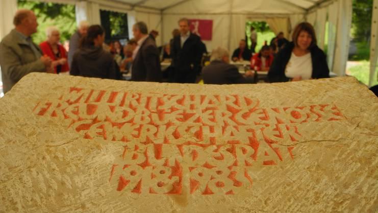 «Willi Ritschard: Freund, Büezer, Genosse, Gewerkschafter, Bundesrat, 1918-1983», steht auf dem als Rednerpult gestalteten Gedenkstein geschrieben.