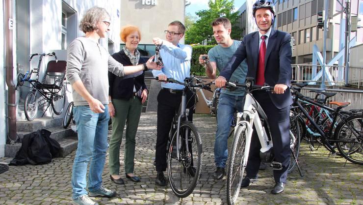 Sie haben Velohändler Lienhard (links) den Autoschlüssel abgegeben: Helen Baldenweg, Michel Meyer, Christoph Waldmeier und Stadtrat Werner Schib. (v. l.)