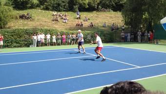 Der eigentliche Protagonist: Roger Federer trainiert parallel zu den NLA-Spielen.