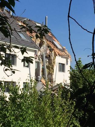 Am Donnerstag ist ein Kran auf ein Mehrfamilienhaus in Urdorf gestürzt