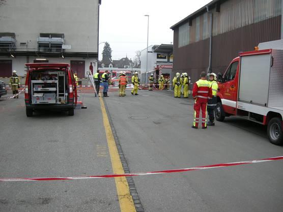 Die Feuerwehr und Ölwehr stehen gemeinsam im Einsatz bei der Langenthaler Firma Geiser agro.com AG.