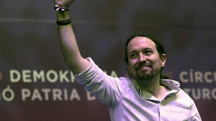 Er bleibt Chef der spanischen Protestpartei Podemos. Pablo Iglesias gewann den parteiinternen Machtkampf und wurde von den Parteimitgliedern mit rund 89 Prozent der Stimmen wiedergewählt. (Archiv)