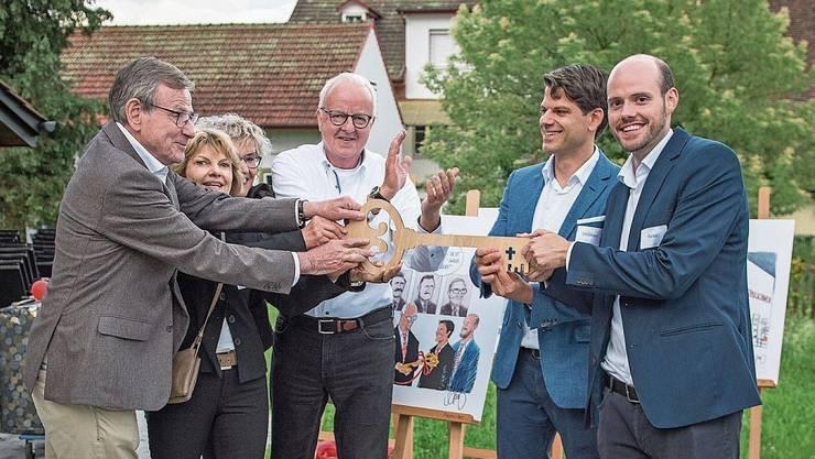 Symbolische Schlüsselübergabe: (v.l.) Hugo Bühler, Ruth Bühler, Marlene Kuoni und Christian Kuoni mit den neuen Inhabern Stephan Bühler und Reto Kuoni.