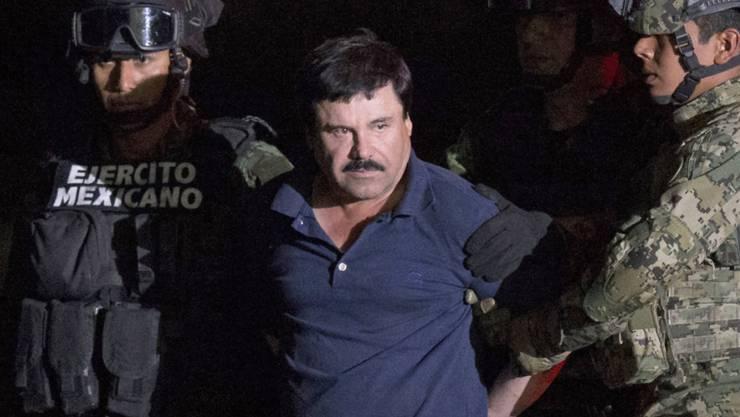 """""""El Chapo"""" bei seiner Verhaftung im Januar. Sein Anwalt erklärte nun, bei einer Auslieferung an die USA, würde sich der Drogenboss schuldig bekennen. (Archiv)"""