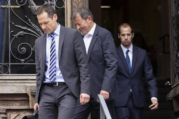 Der Reeder Hans-Jürg Grunder, Mitte, hier am ersten Verhandlungstag im Juni, beim Verlassen der Gerichts in Bern.