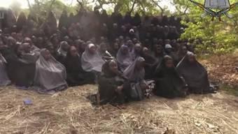 Das Bild aus einem Boko-Haram-Video zeigt die entführten Mädchen - eines von ihnen wurde nun gerettet. (Archiv)
