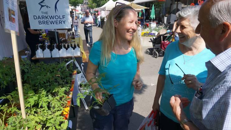 Silvia Schaaf (links) verkaufte Setzlinge von Wildtomaten, farbigem Mais und seltenen Gurken.