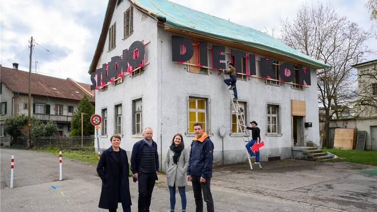 Ein Haus für den Dialog: Tabea Michaelis, Ben Pohl, Simone Crevoisier und Severin Lüthy (v.l.) vor dem Alten Bauamt