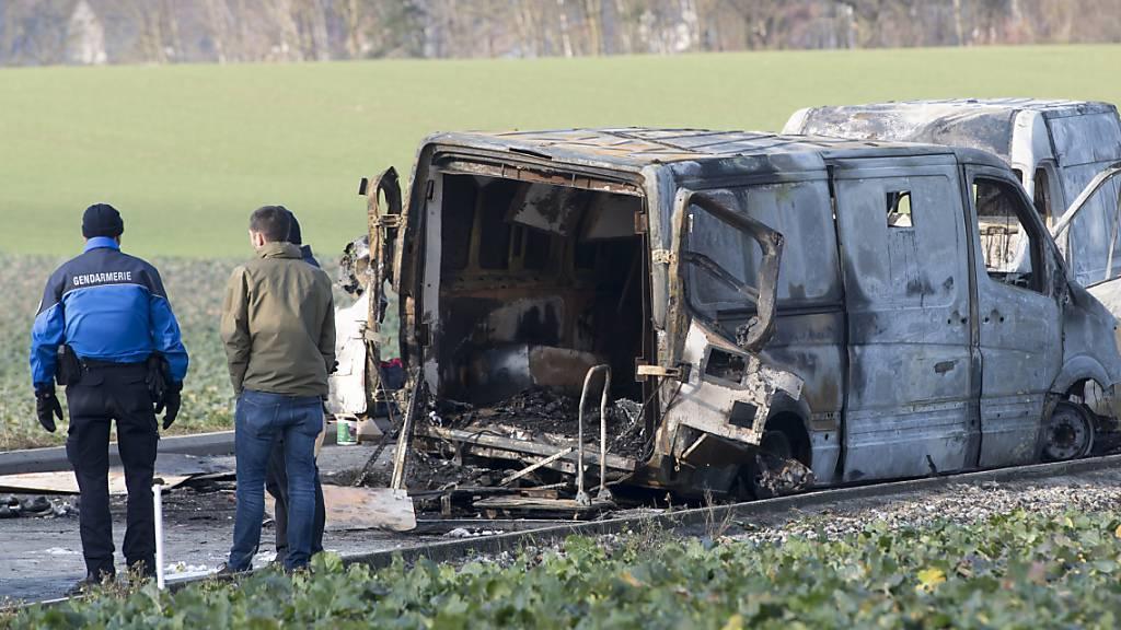 Unbekannte bewaffnete Täter hatten am 2. Dezember bei Daillens VD einen Geldtransporter von Secure Post überfallen, das Fahrzeug aufgesprengt und in Brand gesteckt. Wie gross die Beute war, ist nicht bekannt. (Archivbild)