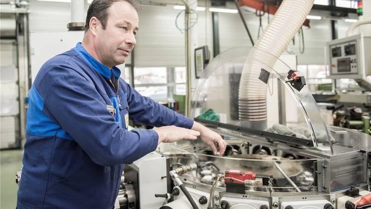 Firmenpatron Rolf Bläsi legt gerne selbst Hand an. Jährlich fertigt die Aeschlimann AG über 50 Millionen Drehteile.Foto: Michel Lüthi