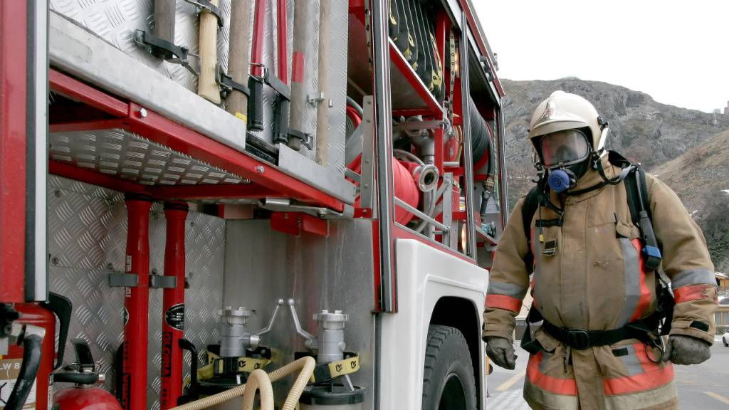 Im Dachstuhl eines Hotels ins Sitten ist am Freitag um Mitternacht ein Feuer ausgebrochen. Die Feuerwehr konnte den Brand rasch löschen. (Symbolbild)