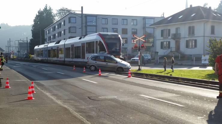Nach ersten Informationen kam der Fahrer mit leichten Verletzungen davon.