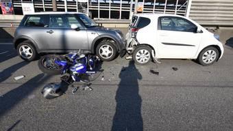Nach dem Unfall kam es während der Unfallaufnahme und den Bergungsarbeiten für rund eine Stunde zu Verkehrsbehinderungen.