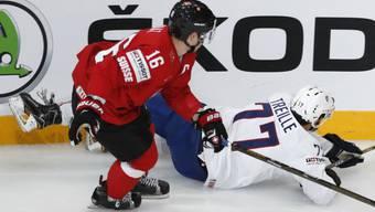 Raphael Diaz, im Bild während des Spiels gegen Frankreich, kassierte gegen Weissrussland einen harten Check und ist leicht angeschlagen
