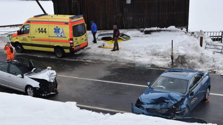 Die Lenkerin des weissen Autos wurde durch das Dach geborgen.
