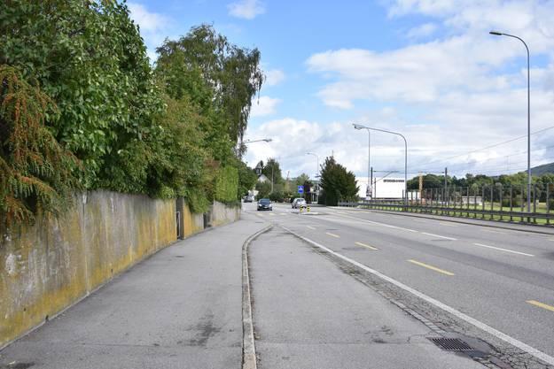 Die Bushaltestelle wird von der Strasse in die bereits bestehende Haltebucht zurück verlegt.